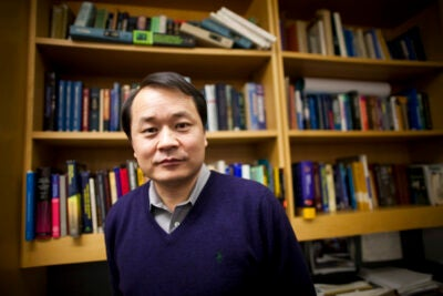 Mallinckrodt Professor of Chemistry and chemical biology professor Xiaoliang Sunney Xie has received the 2009 E.O. Lawrence Award.