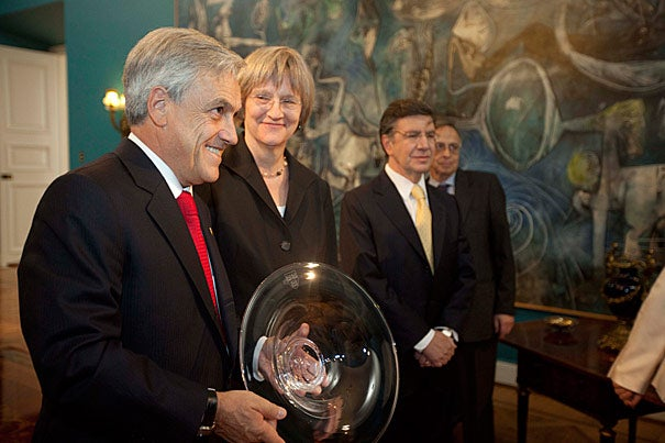 Chilean President Sebastián Piñera (left) and Harvard President Drew Faust discussed their efforts to increase the number of Chileans who may enroll at Harvard thanks to a proposed partnership between Harvard and the program Becas Chile.