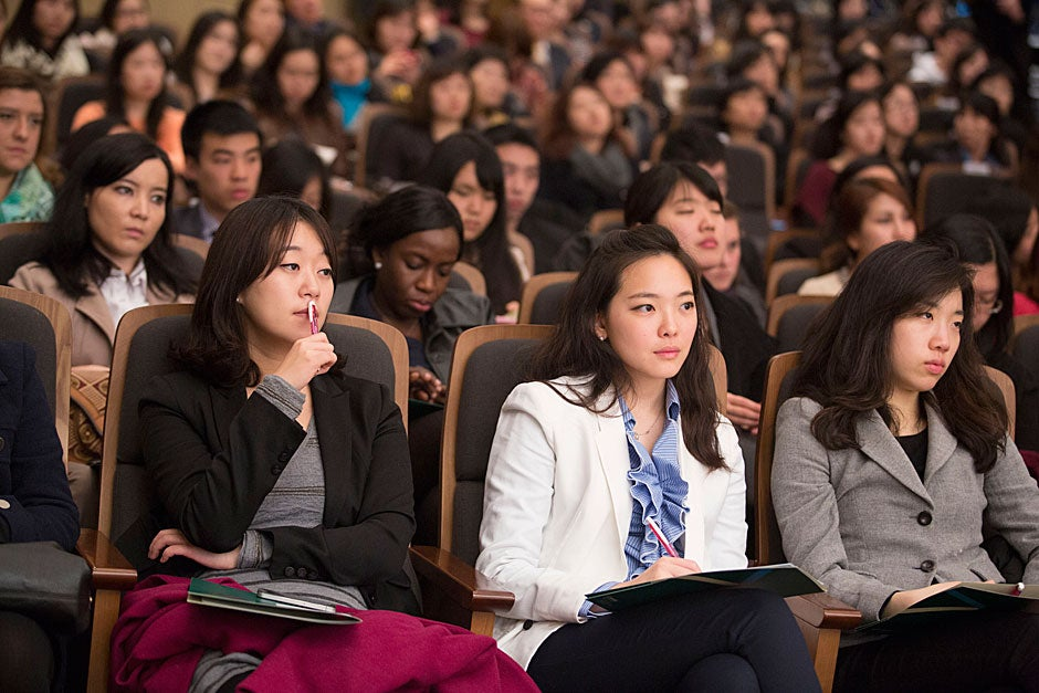 Ewha students listen to Harvard President Drew Faust's lecture.