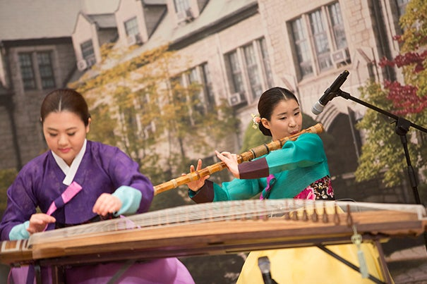 "The Korean Musical Ensemble performs ""America the Beautiful"" for Harvard President Drew Faust, who delivered a lecture titled ""Educate Women; Change the World"" at Ewha Womans University."