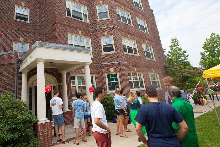 Peer advisers welcome members of the Class of '17 as they move into Hurlbut Hall.