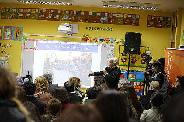 Harvard Professor Judith Palfrey describes Un Buen Comienzo to a gathering of teachers and administrators in the Chilean town of Dichato.