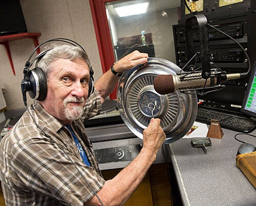"""Every week, Lynn Joiner '61 welcomes listeners to """"Hillbilly at Harvard"""" radio show on University station WHRB (95.3 FM)."""
