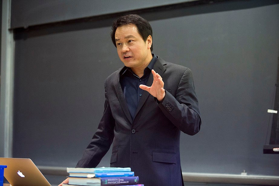 """Xiaoliang Sunney Xie, Mallinckrodt Professor of Chemistry and Chemical Biology, begins his lecture in """"Chemistry 163: Frontiers in Biophysics."""" Jon Chase/Harvard Staff Photographer"""