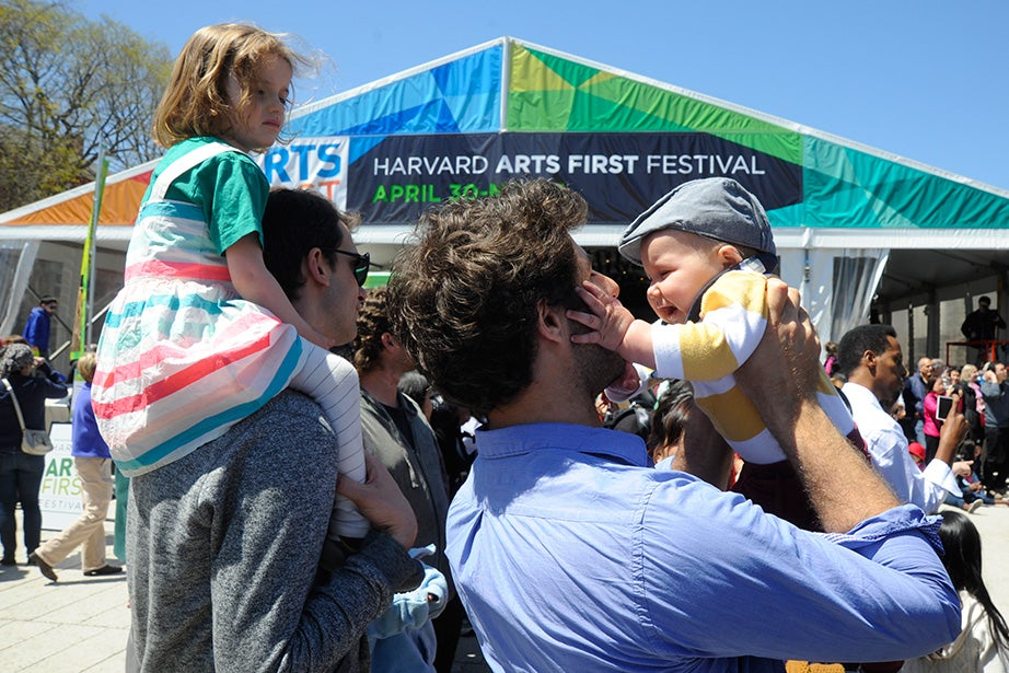 David Drury (right) of Redlands, Calif., hoists his son William, as 3-year-old Sigrid Whiteman of Arlington, Mass., looks on. Jon Chase/Harvard Staff Photographer