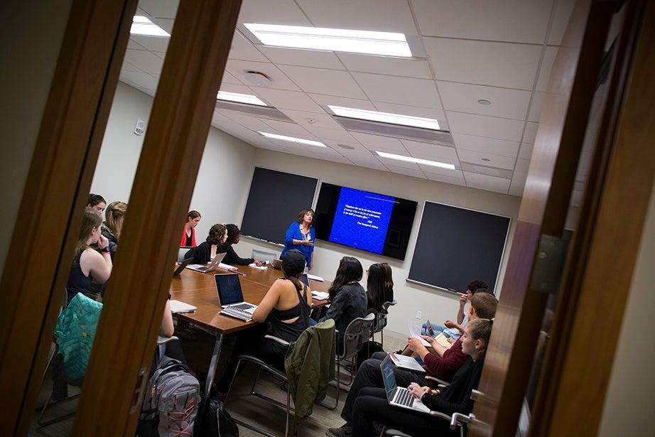 "Shelley Carson teaches ""Creativity: Madmen, Geniuses, and Harvard Students."" Stephanie Mitchell/Harvard Staff Photographer"
