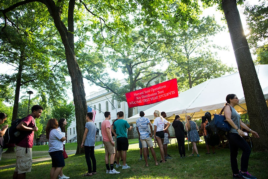 Freshmen line up at the key-distribution tent. Stephanie Mitchell/Harvard Staff Photographer