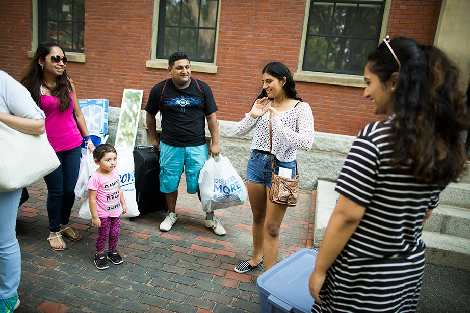 Family members Patricia (from left), Allyson, and Elias help Gabriela Ochoa '21, from Whitehall, Penn., as they meet Gabriela's roommate Reeda Iqbal '21 from Bayshore, N.Y., in front of Thayer Hall. Stephanie Mitchell/Harvard Staff Photographer
