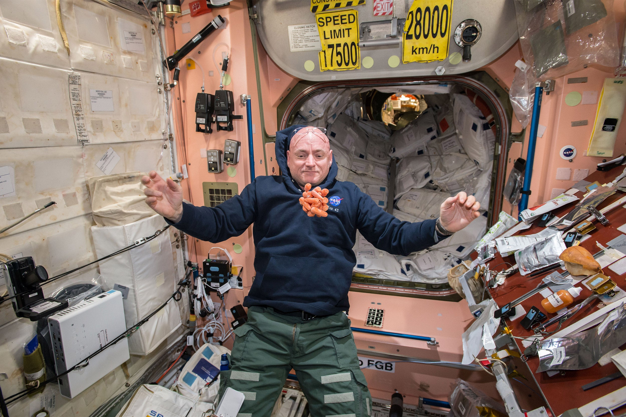 Scott_Kelly_watches_a_bunch_of_fresh_carrots