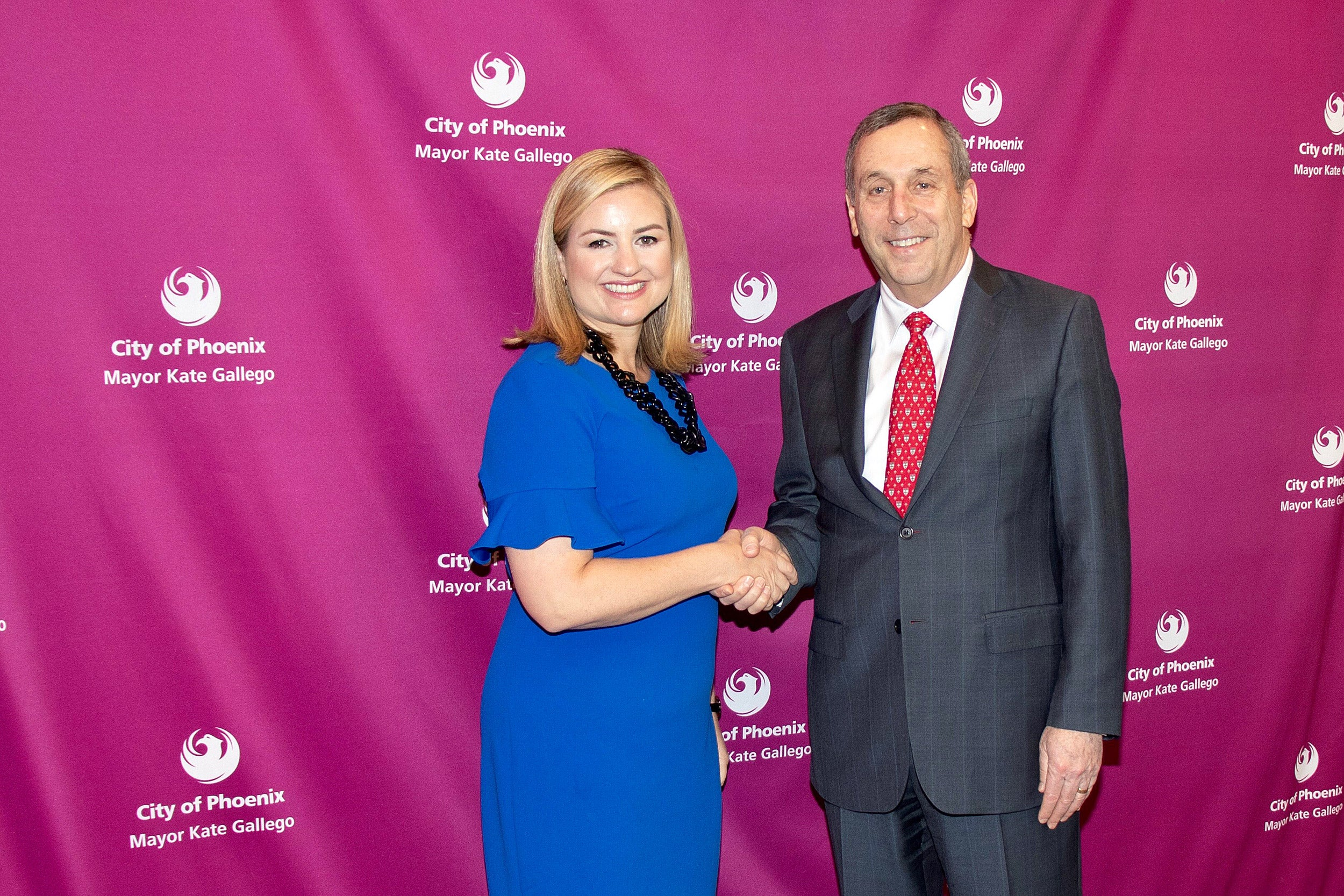 Larry Bacow shakes hands with Phoenix mayor