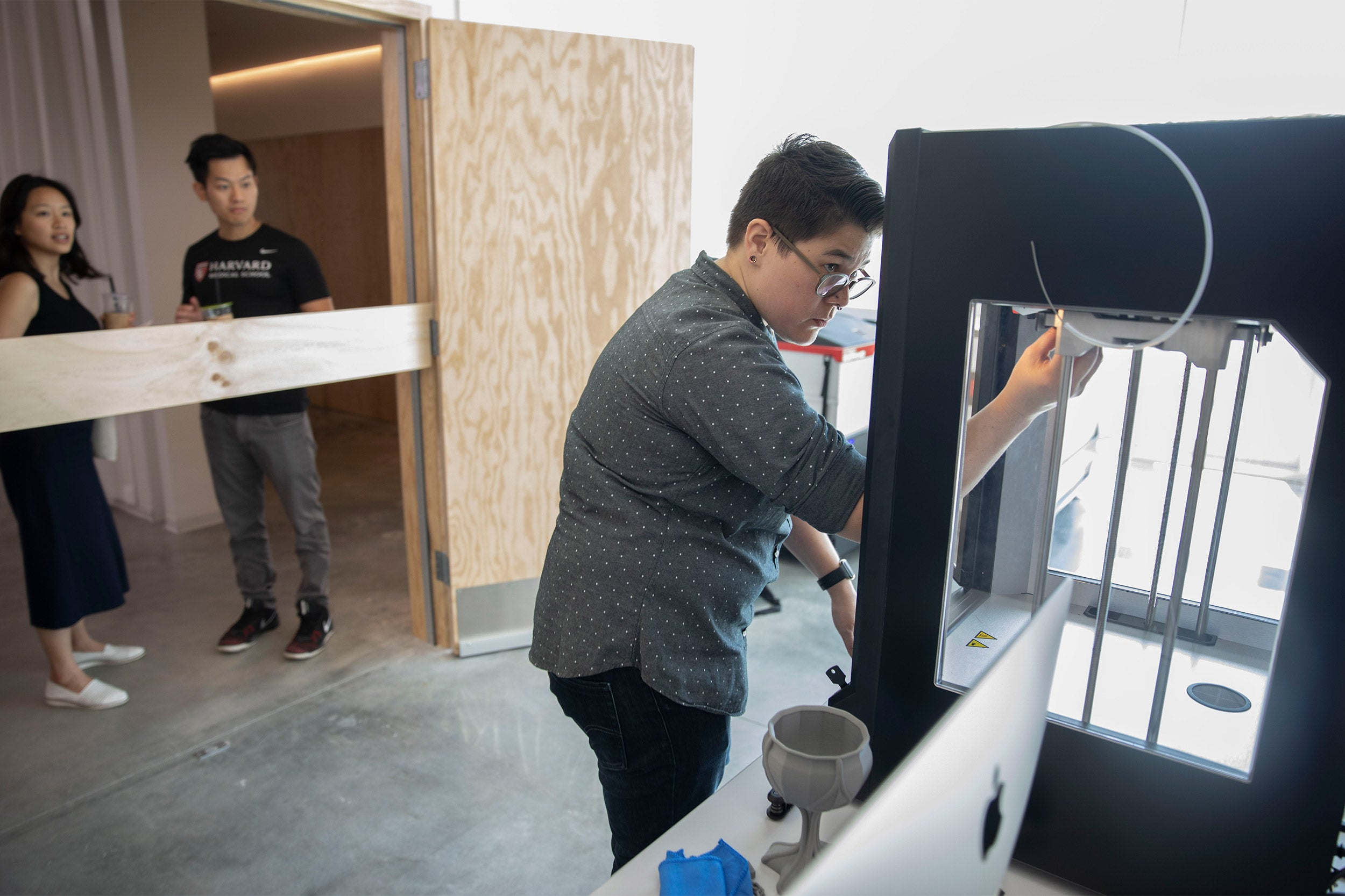 Kat Nakaji, Production & Technical Specialist shows 3D printing during ArtLab Open House