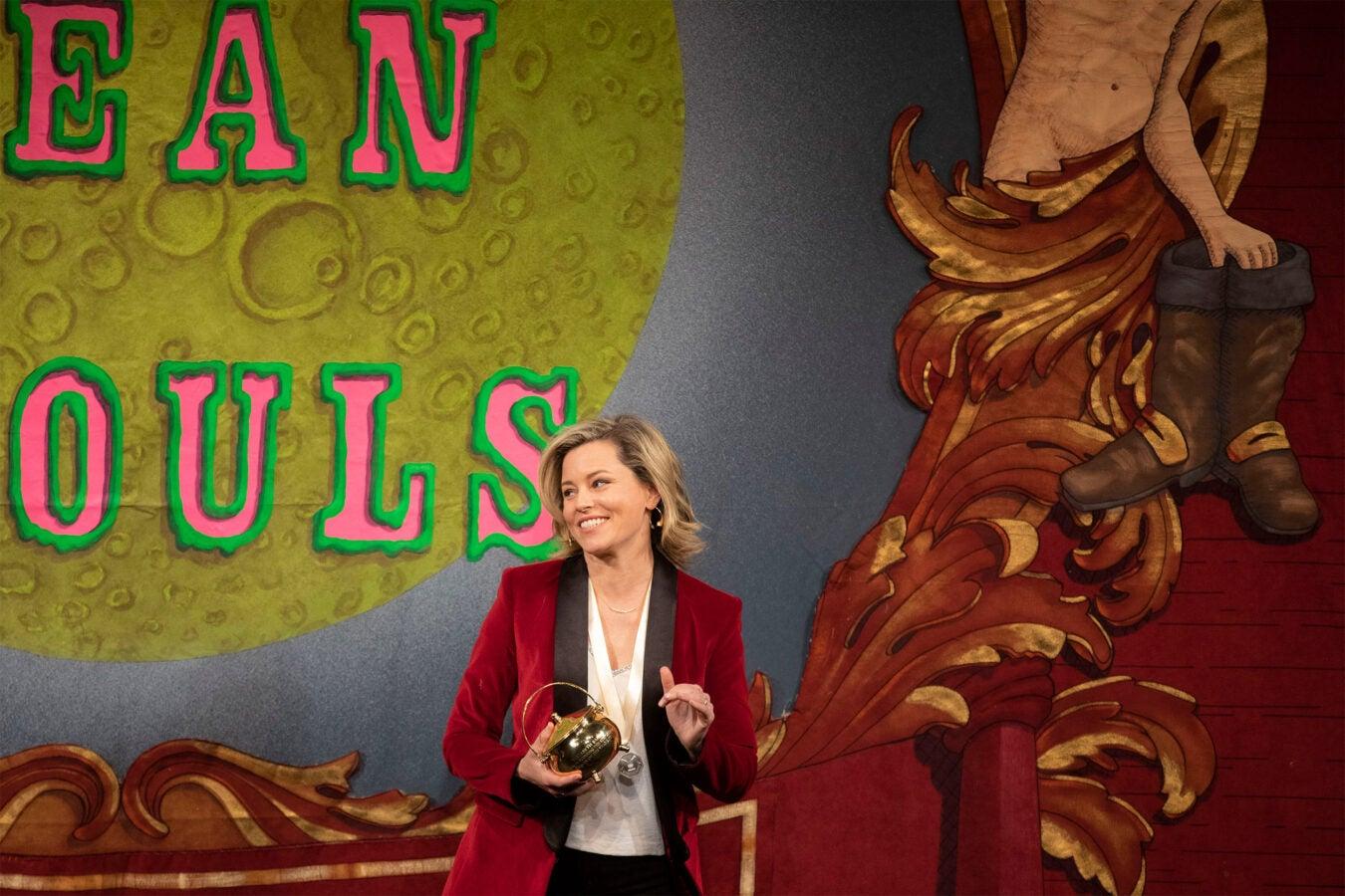 Elizabeth Banks holding her Pudding Pot.