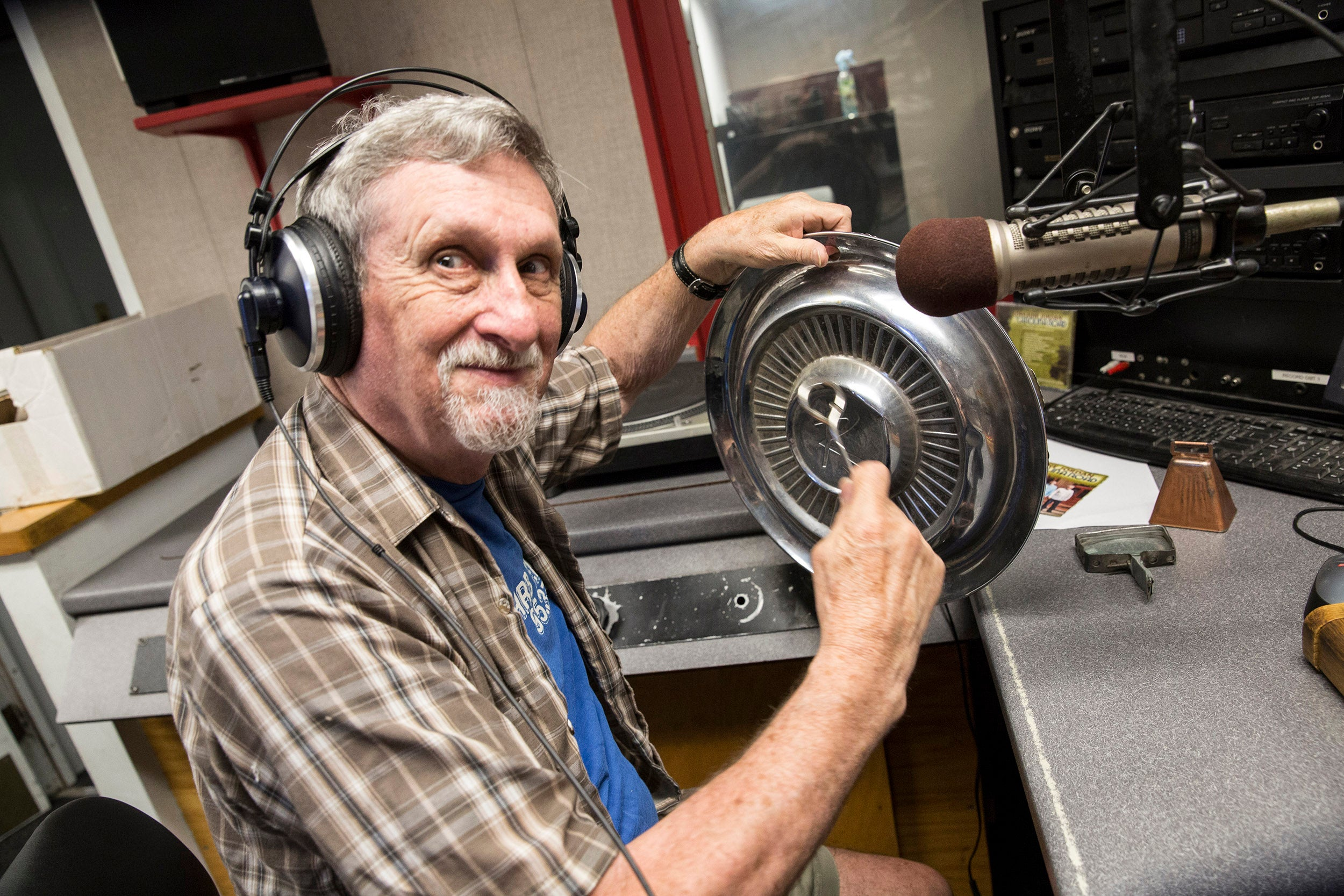 "Lynn Joiner '61 hosts the ""Hillbilly at Harvard"" show on WHRB, 95.3FM, Harvard Radio."