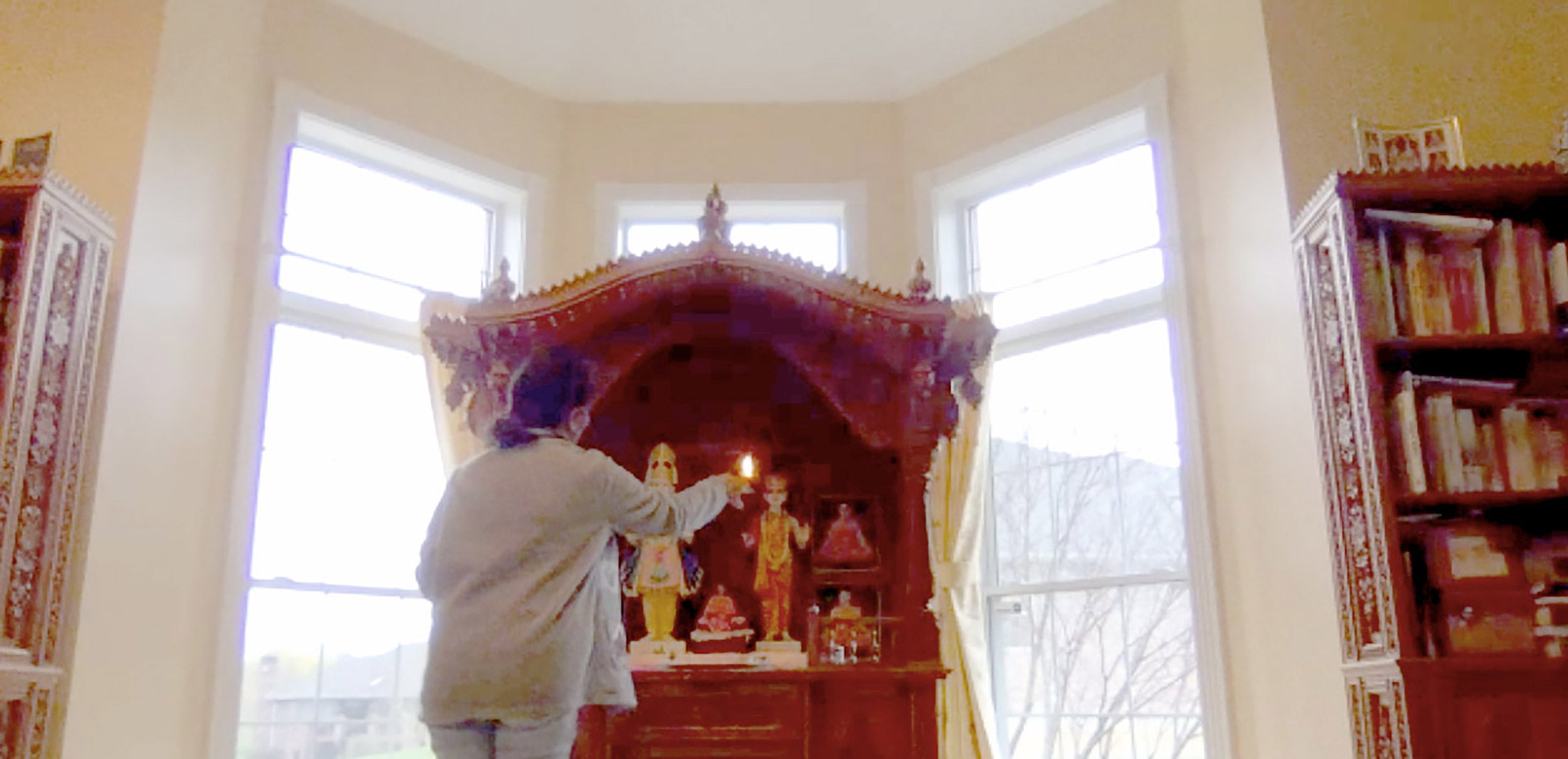 Purvi Parikh, mother of student Pranati Parikh, offering aarti.