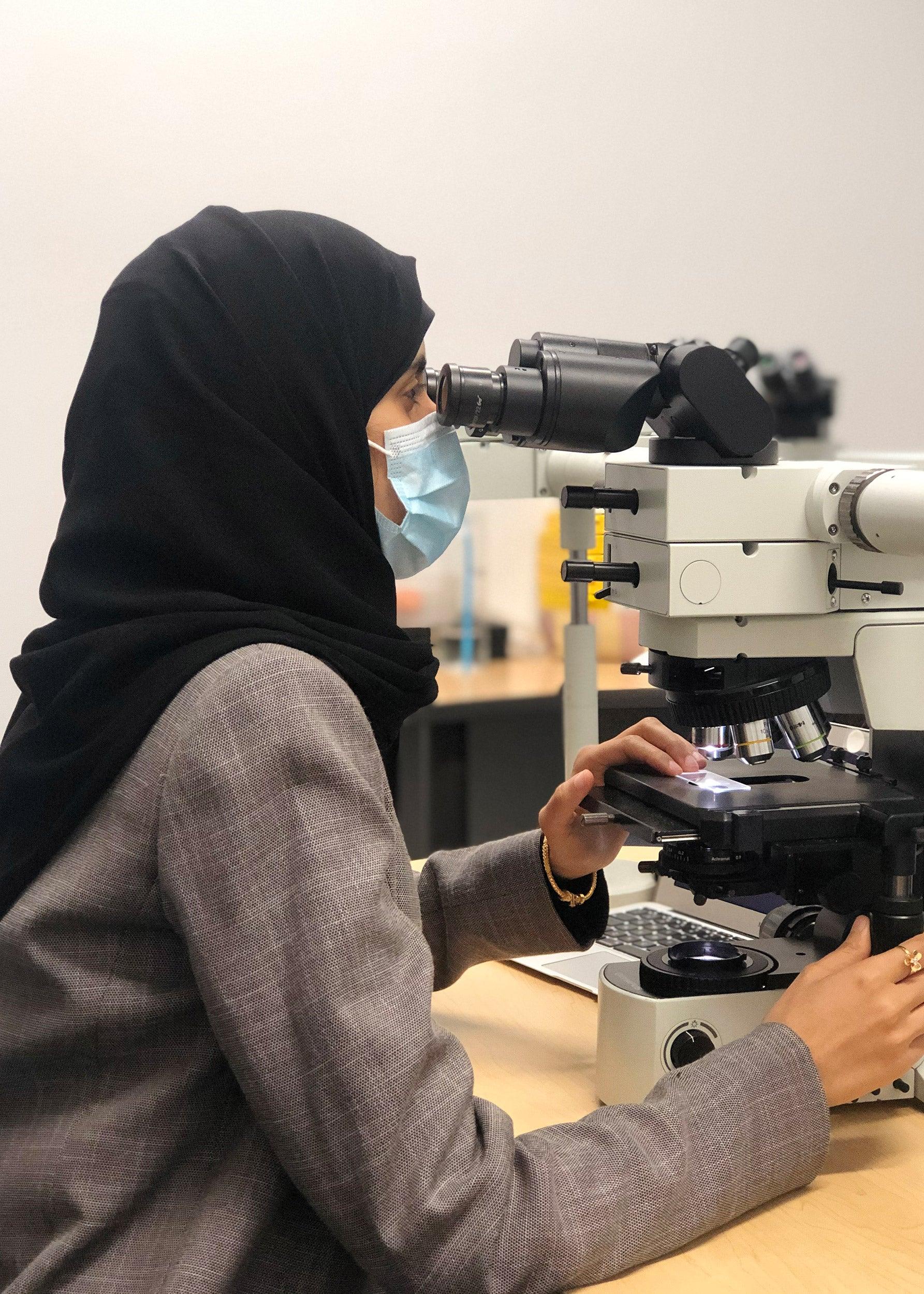 Zahra Aldawood at microscope.